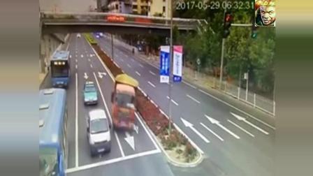 大货车的这个紧急变道, 至少救下了三辆车