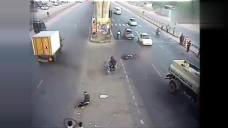 大叔惊魂一跳摩托车飞出几十米, 救了自己一命