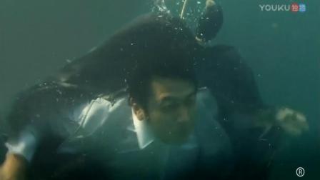 男子被人包起扔下海,居然还能逃脱出来,这是