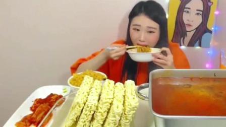 韩国美女吃辣泡菜和方便面, 难道这是韩国人吃饭
