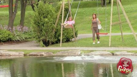 国外爆笑恶搞: 骑着车在公园里也能被被踹进湖里