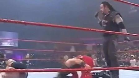 WWE经纪人阻止毁灭兄弟内讧被打, 冷石趁机RKO坐收