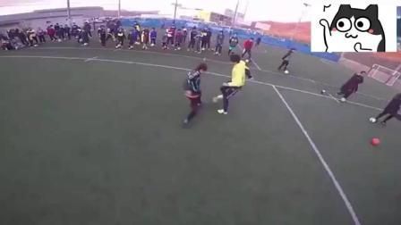 学校体育老师教学生踢足球, 现场秒过众学员  国