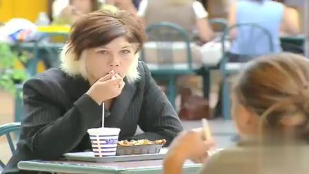 国外恶搞: 吃个饭都能被路人群模仿, 真的太尴尬