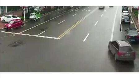 白车司机神速躲开了一劫啊