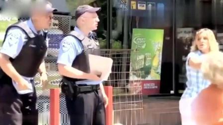 国外爆笑街头恶搞, 小男孩玩芭比娃娃被警察夺走