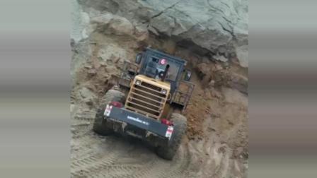 上方忽然坍塌, 铲车被压得翘尾, 司机估计被吓得