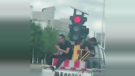 一路都是红绿灯, 这能不能超车?