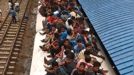 孟加拉国的人们坐火车, 这场面真壮观, 厉害了