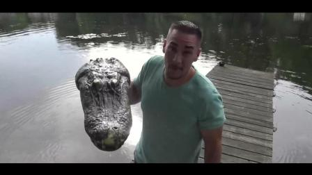 男子用电动鳄鱼头恶搞湖面上划水的女人