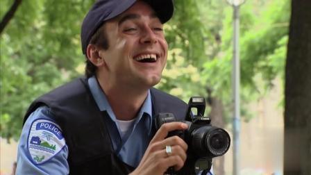 """国外爆笑恶搞: 交警开罚单破纪录请记者""""拍照"""""""