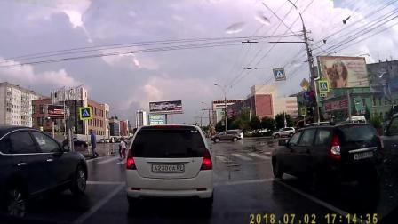 路口等红绿灯时, 记录仪拍到危险一幕!