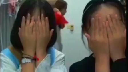 两个大学女生宿舍自拍, 谁知道后面的美女在干嘛
