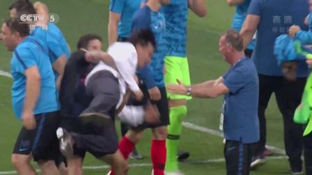 克罗地亚赛后疯狂庆祝,叠罗汉放翻教练