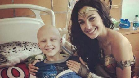 """NowThis """"神奇女侠""""盖尔·加朵探访儿童医院 给孩子们带来惊喜相关的图片"""