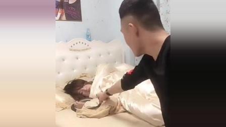 恶搞女友系列! 小伙子拿蛇放在熟睡女友脸上! 女