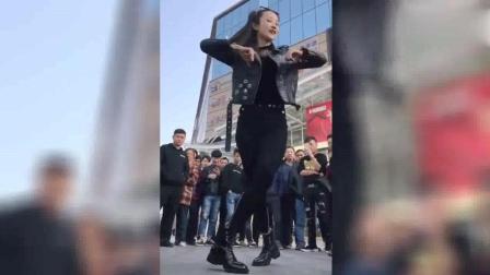 小姐姐广场秀热舞, 后面的大哥立马拿手机拍!