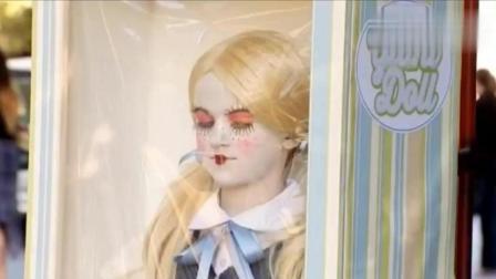 小萝莉扮成芭比娃娃, 恶搞路人, 吓的妹子手上东