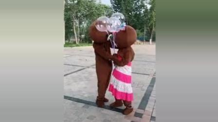 布朗熊: 不跟我玩, 那你还我的气球, 我还不跟你
