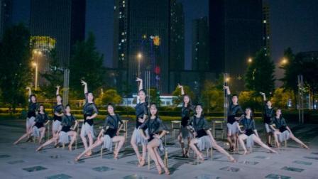 点击观看《单色舞蹈 拉丁舞 需要你陪 清一水的小姐姐哟!》