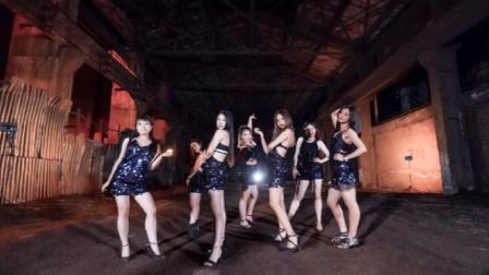 点击观看《单色舞蹈 废墟工地的性感爵士舞》