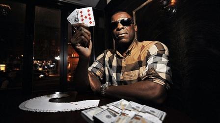 男子入狱后和黑帮头目苦练打牌技巧, 一出狱就赢