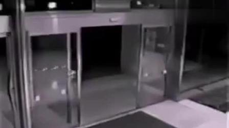 监控拍到奇怪的一幕, 保安看完监控辞职了!