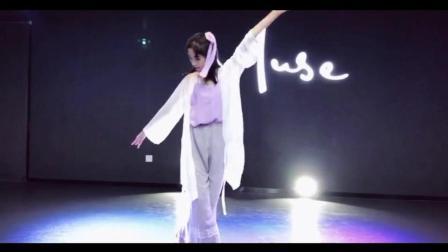 点击观看《练习室版古典舞《采薇》小姐姐私人订制形体太美》
