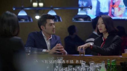 美女酒吧喝酒,帅哥前来套近乎请喝酒,不想美