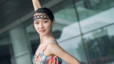 点击观看《单色舞蹈 空空如也,匆匆来去。》