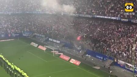 球迷扔焰火在足球场上燃烧, 保安为此一级戒备