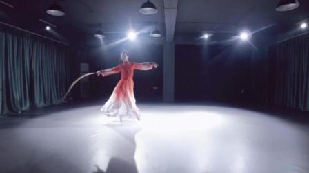 点击观看《古典舞 故梦 时过境迁若再描一笔 无非是痴人入了梦自娱》