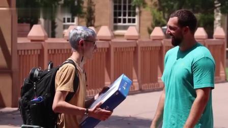 国外小伙街头带10台PS4送陌生人, 路人: 你一定是