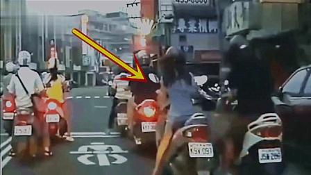 短裙女孩正在等红灯, 男子突然做出疯狂的举动