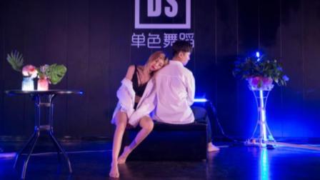 点击观看《单色舞蹈 一个有故事的女人跳的爵士舞 寂寞or孤独》