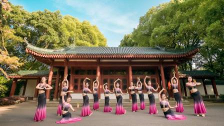 点击观看《单色舞蹈 虽然是跳竹,我觉得她们都美的像朵花呢》