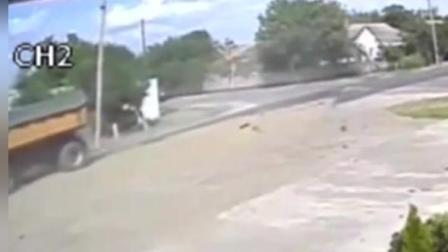白色SUV路口撞上工程车后离奇一幕出现