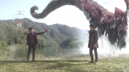 这俩人胆子真大,怪兽就在旁边他俩都能打起来