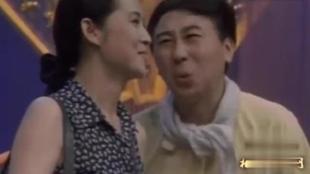 年轻的倪萍真的很漂亮, 除了主持, 这段冯巩的小品表演的也很出彩