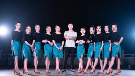 10个漂亮的女人和一个强壮的男人跳广场舞 是什么样的一个场面