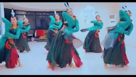 点击观看《古典舞 踏春 袖若流水清泓 裙如荧光飞舞》