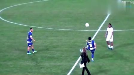 把足球当毽子踢? 马拉多纳小罗和托蒂到底谁的脚