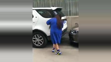 这个视频火了, 200多斤的大姐被车堵住, 看到她的