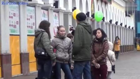 俄罗斯青年街头现第三只手恶搞美女