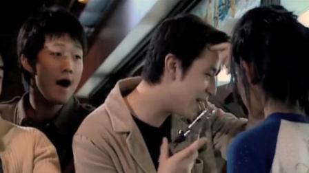 小混混在酒吧欺负美女,被啤酒瓶爆头,没想到