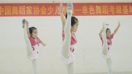 点击观看《单色舞蹈 努力的小女孩真是可爱又讨人喜欢呢》
