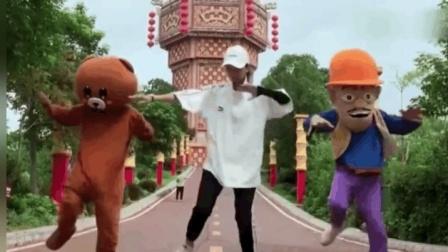 网红熊的搞笑尬舞, 舞姿整齐划一, 你能行么?