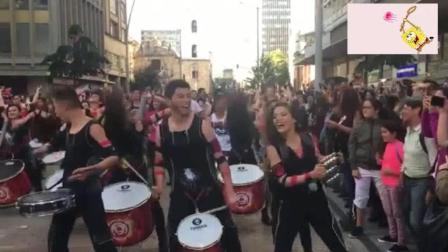 偶遇国外街头乐队表演, 没想到接下来的场面越来
