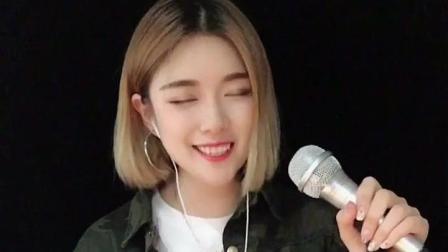 就喜欢听她唱歌看她微笑, 她笑起来的样子超迷人