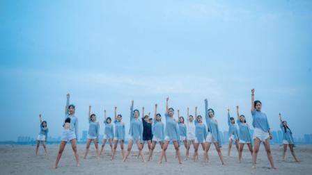 点击观看《单色舞蹈 一群大长腿妹子在海边跳舞 场面有点乖哟!》